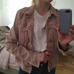 Perfekta rosa jeansjackan, köpt second hand men inte använd av mig, och i fint skick! Den är strl 38, men funkar minst lika bra på 34/36 🥰 jag står för frakt!