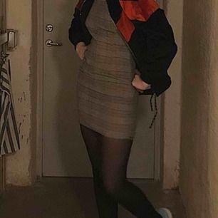 Säljer denna assnygga klänningen då den är för liten. Den är inte så stretchig tyvärr men den har justerbara axelband och en dragkedja på sidan, köparen står för frakten💞