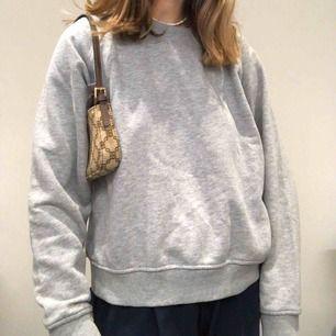 """Säljer min gråa sweatshirt från märket """"don't ask why"""". Den använd men i bra skick. Inte så oversized men inte heller liten. sitter som en M. Perfekt basplagg."""