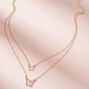 Guldfärgat halsband med 2 kedjor! 🦋⭐️