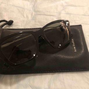 Solglasögon från Acne Studios i mycket bra skick. Knappt använda, då jag fått dem av min farmor som köpt dem till sig själv men trivdes inte i dem.  Nypris ca. 2700