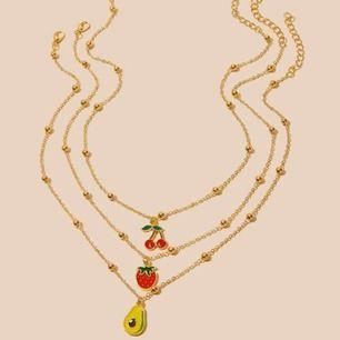 3 stycken guldfärgade halsband, 50kr styck!☘️☘️