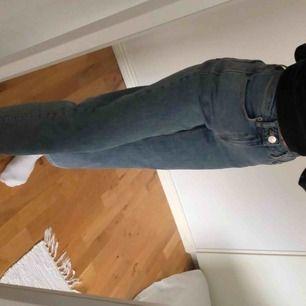 Snyggaste jeansen från Carin Wester! Använd ett fåtal gånger men i utmärkt skick. Köpt för ca 600kr