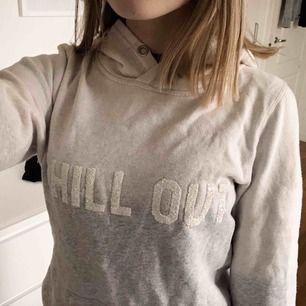 skön hoodie & använd några gånger🥰 , svårt att se på lappen vilken strl men passar mig med xs-s👍🏼