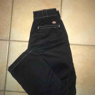 säljer mina älskade dickies:( svarta byxor med vita sömmar!!!  skick: 9/10  jag är 165 och har strl 36 i byxor och de passar mig perfekt!  väldigt snygga och funkar bra till allt!