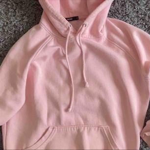 Säljer denna jätte snygga hoodien, inte min bild men skriv för fler bilder!