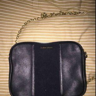 En fin svart väska i mocka och fake läder, köpt för över 500 och knappt använd, perfekt storlek med en fin guld kedja