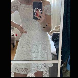 Studentklänning, konfaklänning eller skolavslutningsklänning. Superfin vit klänning, inget spår av användning = nyskick. Hör av er vid intresse, så kan ni få veta mer om passform m.m.