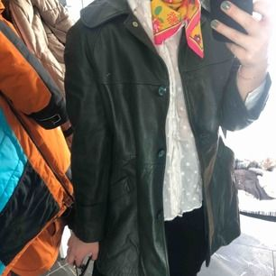 Säljer nu min fina läder kappa/jacka i storlek M då jag tyvärr inte får användning för den. Köpt second hand i Paris. Finns ett skärp i midjan som medföljs