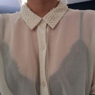 Vit transparent skjorta/blus med pärlklädd krage. Storlek S. Frakt ingår 🌸