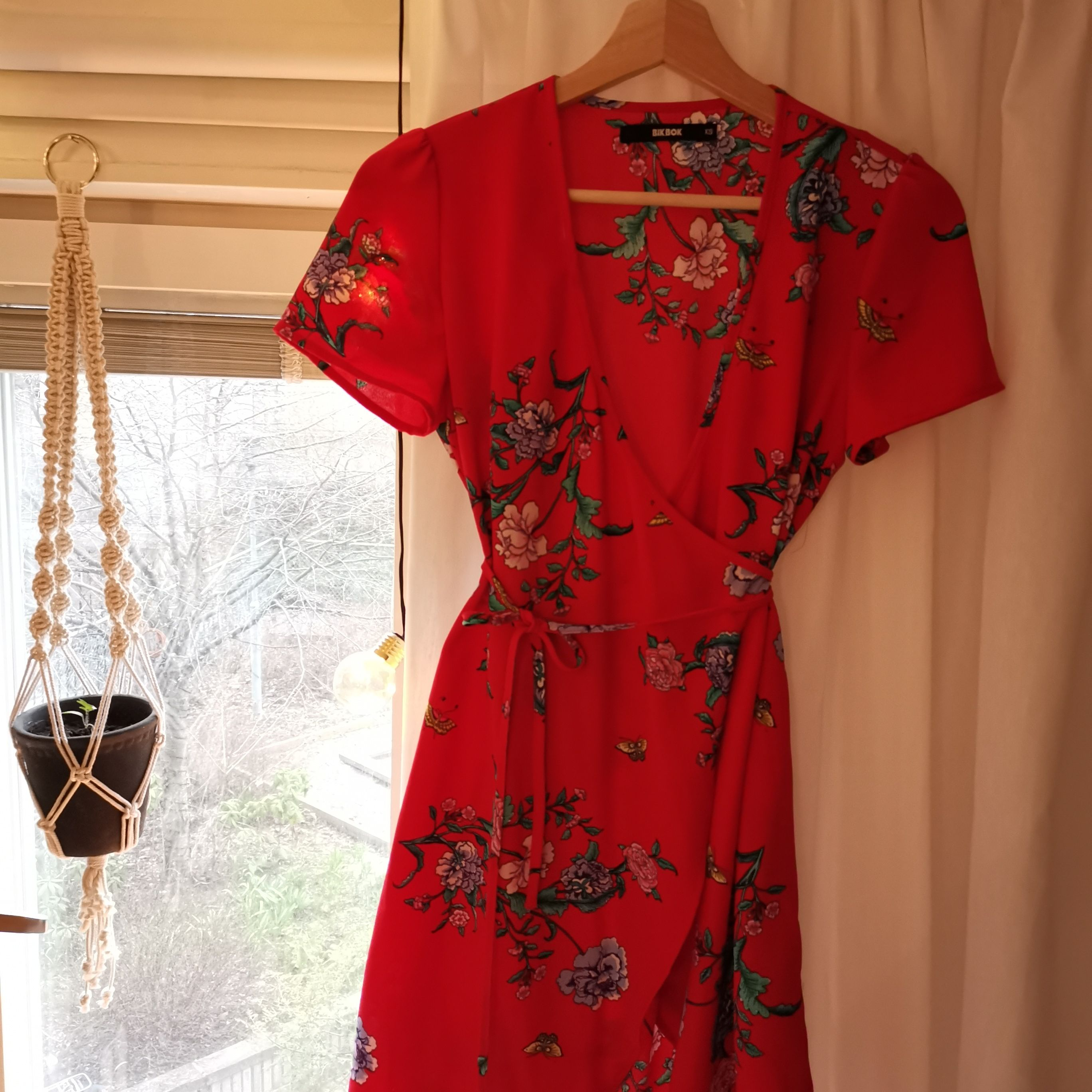Röd klänning från bikbok med blommönster. Storlek XS. Använd endast ett fåtal gånger. Säljer då den är något för liten för mig. Frakt ingår 🌸. Klänningar.