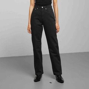 Rowe jeans från weekday i storlek 25/30. Knappt använda och säljer pga för små... Färgen stay black!