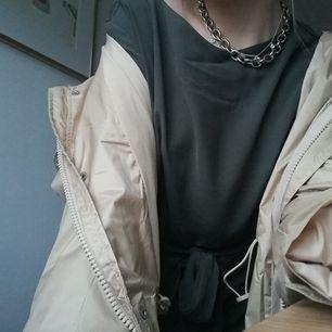 Sjukt snygg grönaktig klänning köpt från H&M.🤩Strl 42, men passar även mig som är S. 🦋 Frakt tillkommer