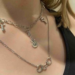 Supertrendiga halsband. Båda är handmade. Passar till alla outfits. 80kr/halsband💖💖💖