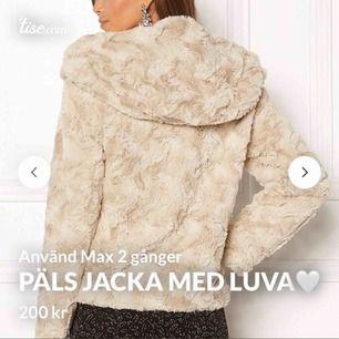 Säljer nu min super snygga päls jacka med luva! Perfekt nu till våren för dig som är sugen på en ny fräsch vår jacka🌸   Mycket bra skick🌸  Ny pris 499:-