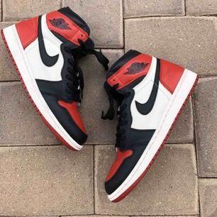 Säljer mina asballa Nike Air Jordan 1 Retro. De är i strl 38, men skulle säga att den passar 39 också. Skorna är i jättebra skick, ser ut som nya. Obs. inte min bild men de ser ut exakt såhär✨💖