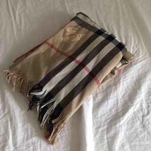 Ej äkta Burberry scarf / halsduk