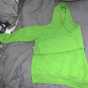 Oversized grön hoodie från Monki. Används ej längre Meet up sthlm