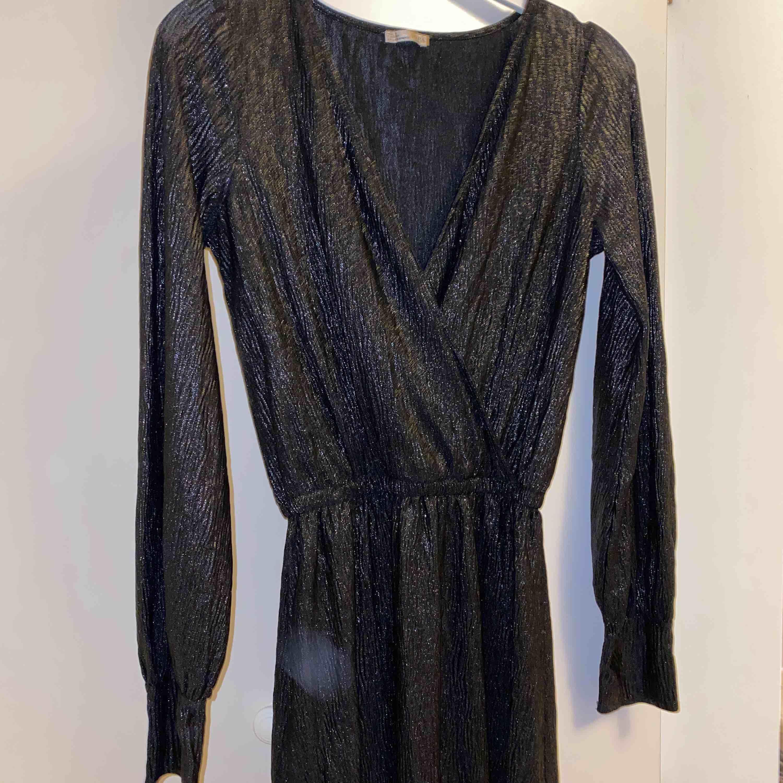 Superfin klänning, frakt är inkluderat i priset!. Klänningar.