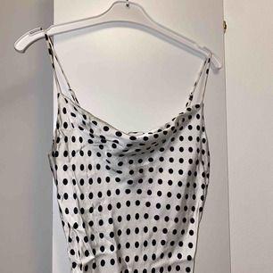 Supersöt siden klänning, frakt är inkluderat i priset 🤍