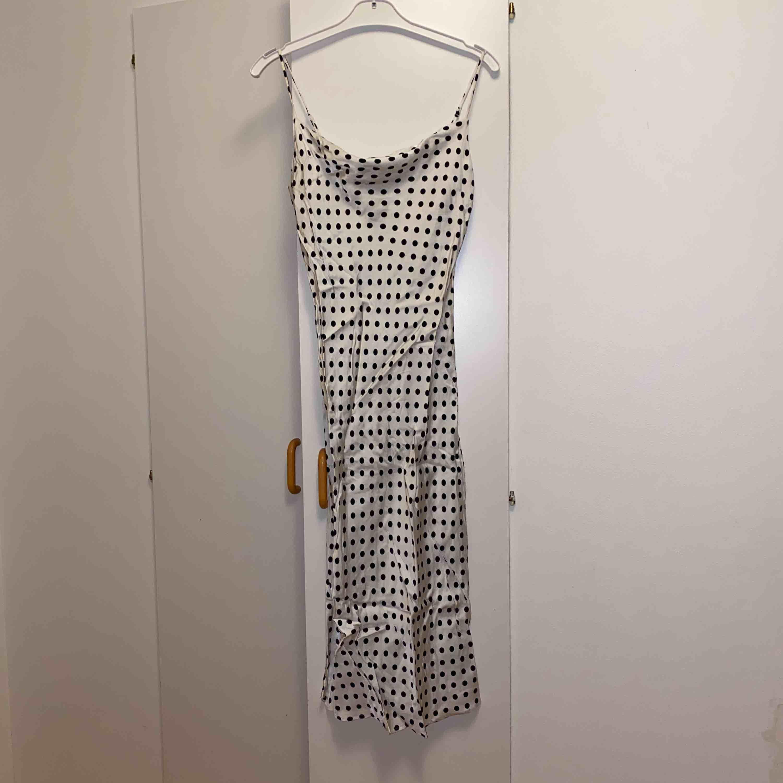 Supersöt siden klänning, frakt är inkluderat i priset 🤍. Klänningar.