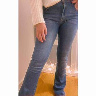 Blåa bootcut jeans från BilBok, nypris 600. Storlek M men passar även S (som tjejen på bilden har)