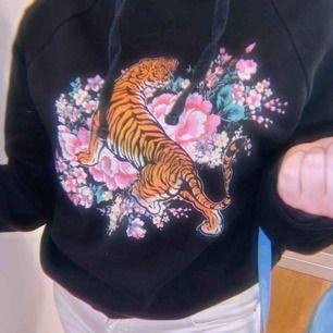 Svart hoodie med tiger motiv på, fint skick. Väl använd! Säljer pga rensning av kläder.