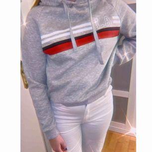 Fin grå hoodie från Gina, säljer pga knappt använd. Storlek M men passar fint på någon med S 😊
