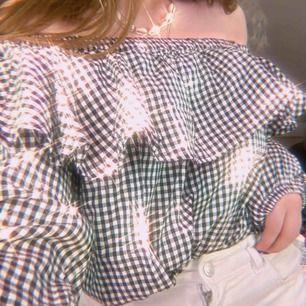 Mycket fin svart-vit blus som aldrig är använd, väldigt bra kvalité och passar bra till våren! 💗 Storlek S-M (tjejen som bär tröjan har storlek XS/S)