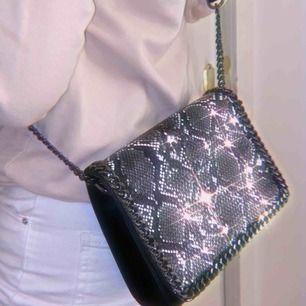 Fin axelrems-väska med ormskinn motiv på väskan, bra kvalité och aldrig använd 💗