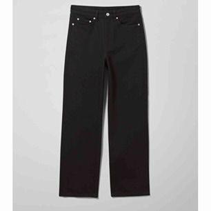 Säljer mina supersnygga jeans i modellen row från weekday. Knappt använda, brukar normalt ha någon storlek större men de sitter snyggt lite oversized också:) kan skickas mot frakt eller mötas upp i Falun💖