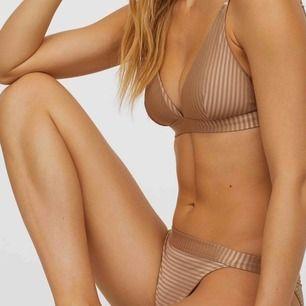 Säljer en helt oanvänd beige/brun bikini från H&M för 130 kr pga fel storlek. Den är 38 i överdelen och 36 i underdelen. Köparen står för frakten som är 63 kr👍🏽
