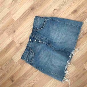 En fin blå jeanskjol som jag säljer till nu när det börjar bli sommartid! 🐳