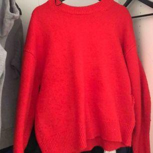 En röd stickad tröja från H&M som jag säljer för att den inte kommer till användning!🌹