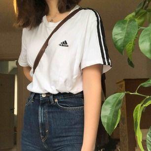 💕Secondhand Adidas-tröja💕 Snyggt oversized, lätt att styla med allt möjligt.  Inga fläckar:) Märkt xxl med passar mig som normalt har S, kan passa större och mindre också beroende på hur man vill att den ska sitta.  Skriv om du har fler frågor💕