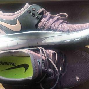 Ett par Nike tränings skor,använt en gång är i väldigt bra kondition