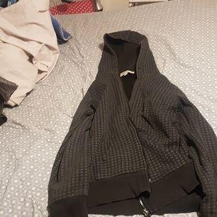 De här en tjock tröja med grå kvadrater. Köparen betalar frakt.
