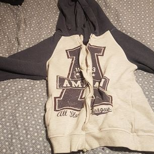 De här en tjock tröja me det tredje på de här ett a som det står Amerika. Köparen betalar frakt.