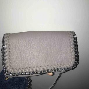 Grå (Fake) läder väska från scorett (minsta storleken) märket är Tiamo, köpt för 499kr aldrig använd, frakt och pris kan diskuteras vid köp