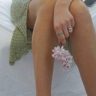 Unik virkad kjol köpt vintage i trendig grön färg, kommer vara skitsnygg till sommaren! Frakt 42kr, står ingen storlek men passar mig med S. Går att spänna in i midjan med bandet.
