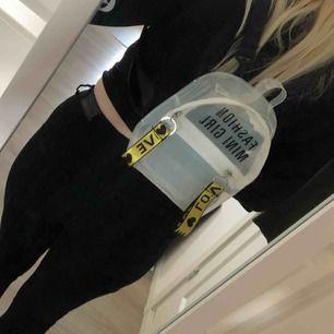 """Söt liten ryggsäck i genomskinlig """"plast"""". Tryck """"Mini fashion girl"""", text på banden är """"love"""". Aldrig använd."""