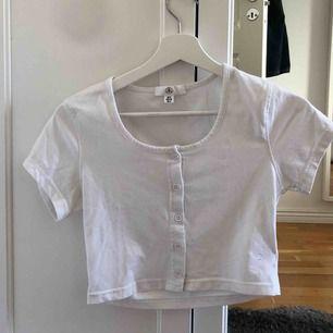 Jättefin tröja med knappar från missguided! Knappt använd. Kan mötas upp i Stockholm eller skicka💞💞