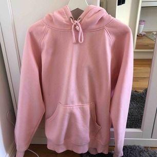 Rosa hoodie från bikbok. Är i storlek L och snygg oversized. Kan mötas upp i Stockholm och skicka!