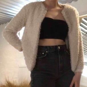"""Snygg """"pälsjacka"""", 100% polyester, från H&M. Har haft den under en längre period men den är ändå i hyfsat bra skick! Pris går självklart att diskutera 🥰"""