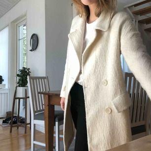 Supersnygg kappa från Zara i toppskick! Kan användas alla årstider och passar till allt! Frakt tillkommer, kan annars mötas upp i Stockholm.