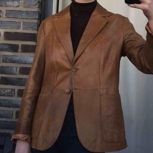 Så cool skinnjacka från 90talet! Hänger mest i garderoben numera tyvärr😓 Jag fraktar för 79kr eller möts i Stockholm! Kan skicka fler bilder om det skulle viljas ha! Annars topp skick och passar xs-m! Jag på bilden har vanligtvis M