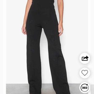 """Svarta """"kostymbyxor"""" i mjuk stretch och sky-high midja! 🌻 Benen är också väldigt långa! Endast provade, köpta här i appen (lånad bild från förra säljaren). Storlek S men tycker de är små, snarare 34! Köpte står för frakt 📬"""