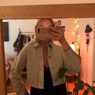 Mintgrön/pastellgrön cropped jeansjacka från Weekday. Använd max 3 gånger. (Färgen får inte rättvisa i kameran)