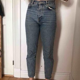 Mom jeans från new denim bikbok. 100% bomull! Slutar vid ankeln och väldigt bra passform! Möjligtvis lite slitna!