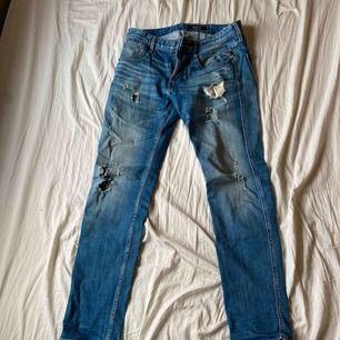 Tväärfeta Replay jeans inköpta för 1800kr, de har hål vid skrevet men går lätt att sy ihop. Tyvärr så används de inte av mig längre så de behöver en ny ägare